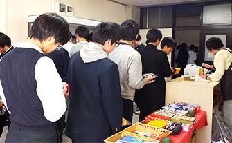 売店で買い物する生徒たちの画像