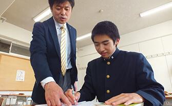 特進コース自主学習中の生徒と先生の画像